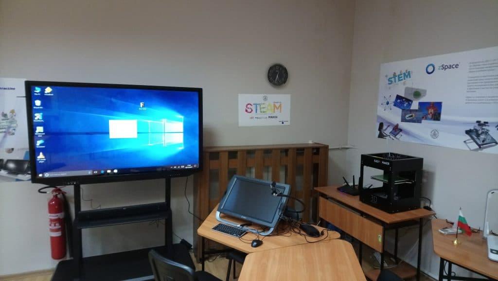 Учебно пространство по природни науки с интерактивен дисплей