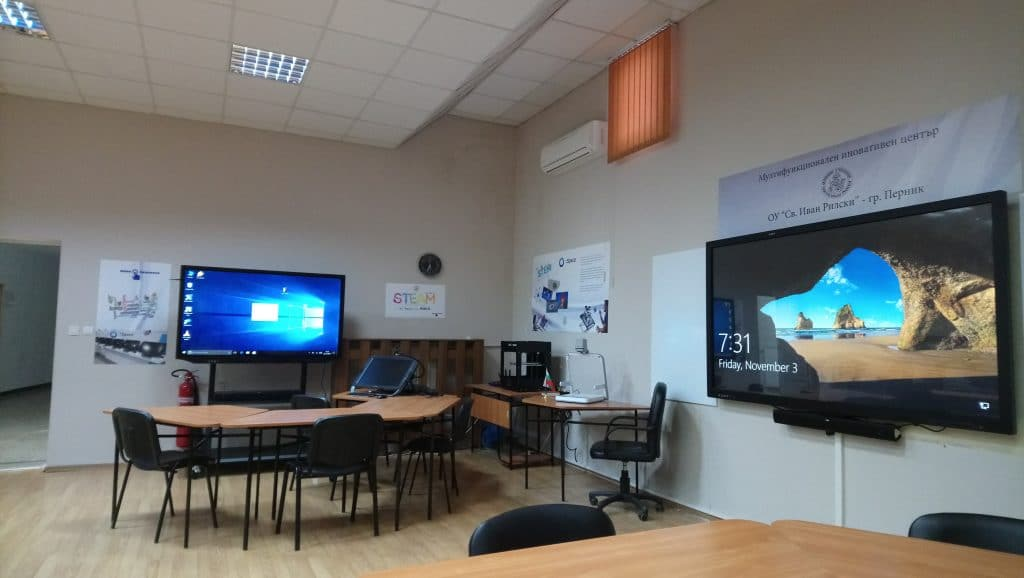 "обучителна зала с интерактивни дисплеи в ОУ ""Св. Иван Рилски"" - гр. Перник"