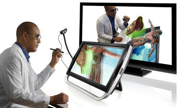 учител презентира със zspace и допълнителна камера zview II