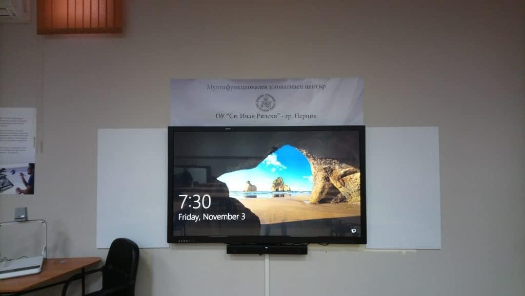 интерактивен дисплей на мобилна стойка в класната стая