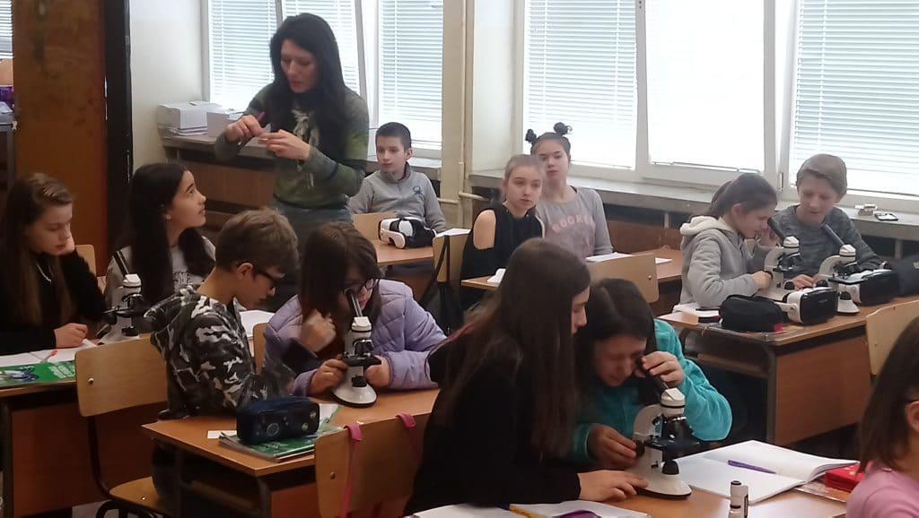 деца работят на микроскопи в час по биология