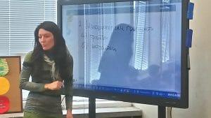 Учител преподава на интерактивен дисплей